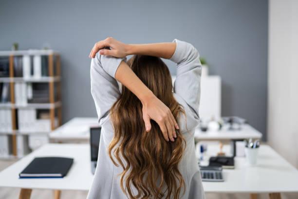 Geschäftsfrau, die ihre Arme streckt – Foto