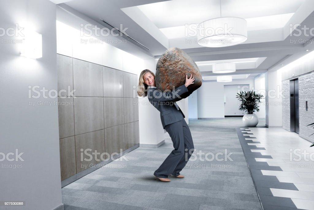 Geschäftsfrau Kämpfe weiterhin große Stein In Büroumgebung – Foto