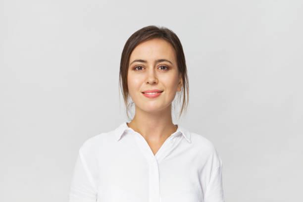 Geschäftsfrau Studioportrait. Vertrauen der Frau in eleganten weißen Hemd, isoliert auf weiss – Foto