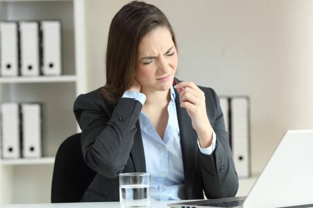 geschäftsfrau leiden hals schmerz eine pille - spanische rezepte stock-fotos und bilder