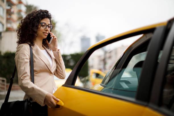 Geschäftsfrau, die mit dem Taxi fahren – Foto