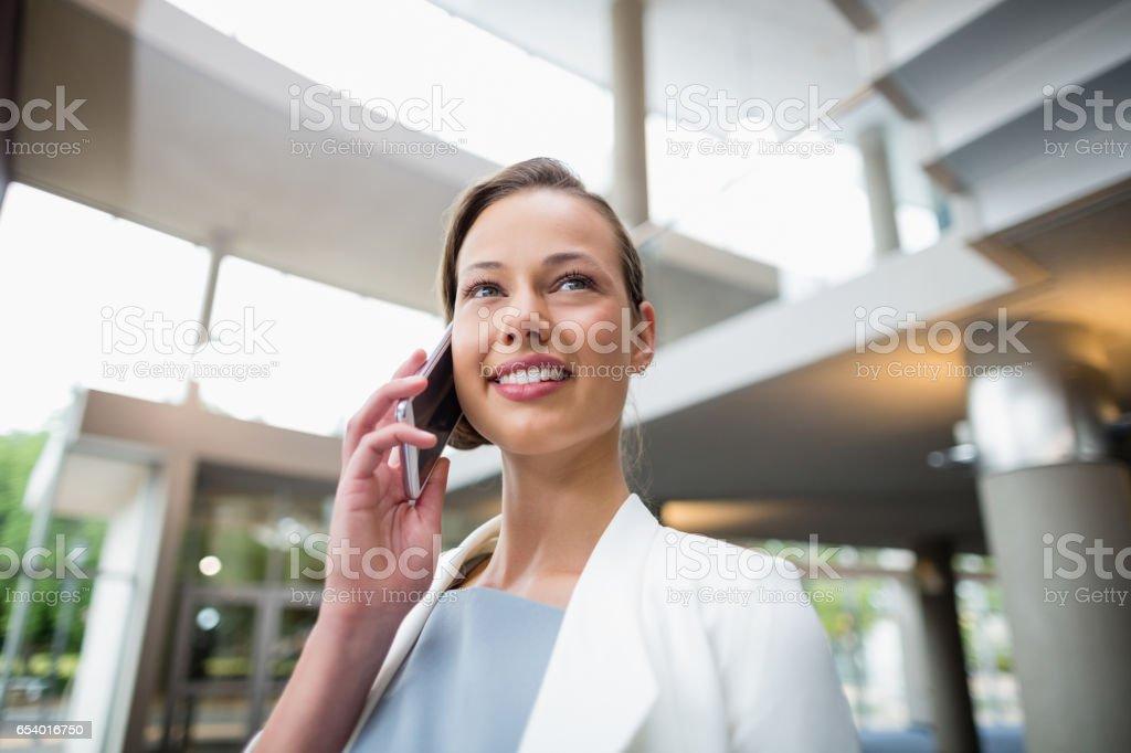 Femme d'affaires parler sur un téléphone mobile  - Photo