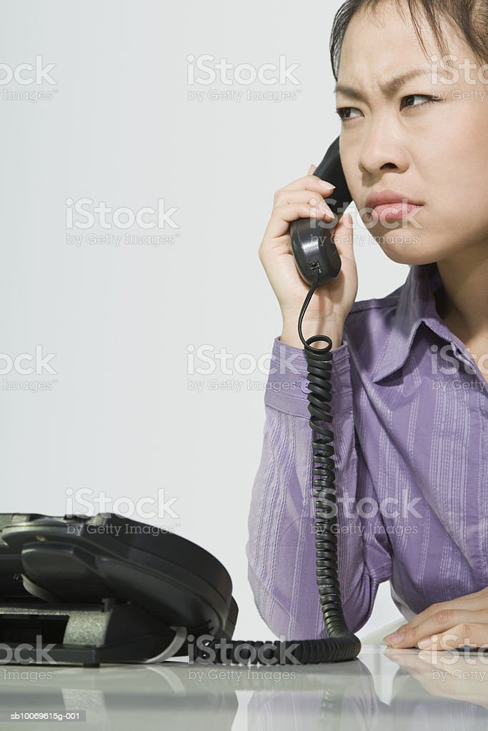 Businesswoman talking on telephone, close-up foto de stock libre de derechos