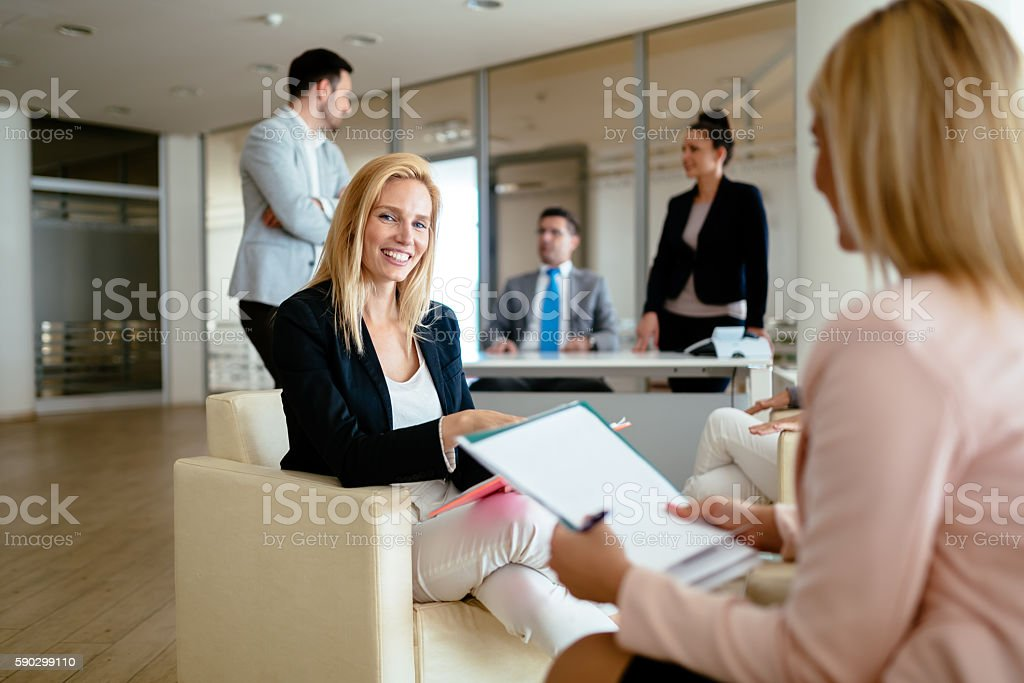 Businesswoman talking with colleagues royaltyfri bildbanksbilder