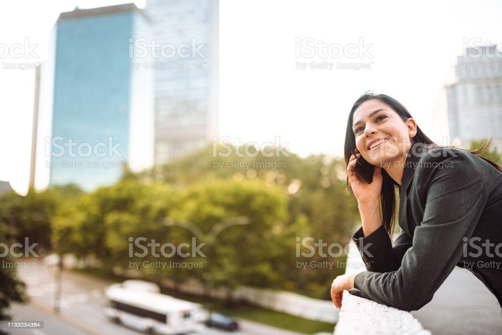 Geschäftsfrau Textnachrichten in der Stadt – Foto