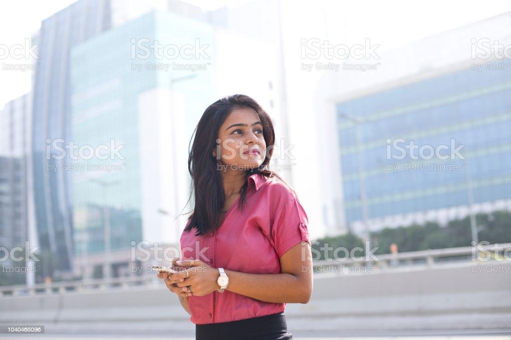 Geschäftsfrau SMS auf Handy – Foto