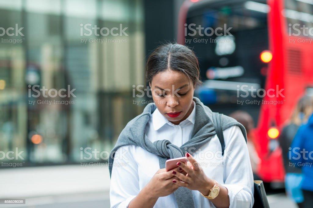 Geschäftsfrau SMS Nachricht in London – Foto