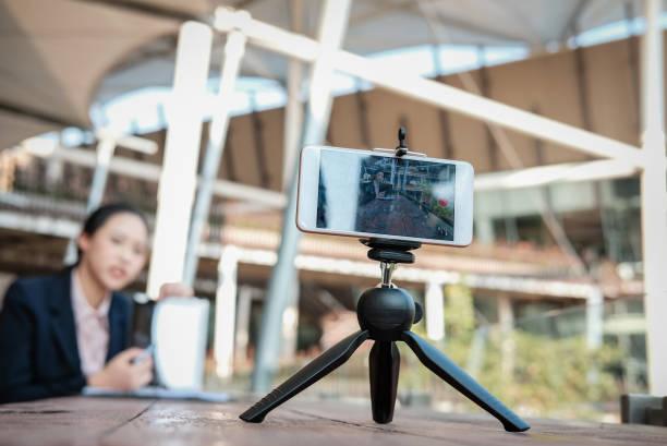 Geschäftsfrau Verwendung Smartphone für Online-live-streaming. Frau Aufnahme video-Blog. Vloggerin präsentieren Unternehmen Vlog. – Foto