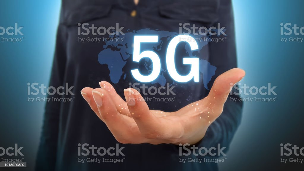 Femme d'affaires en utilisant le réseau 5G sur hologramme carte - Photo
