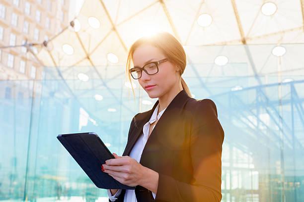 Geschäftsfrau, die einen tablet PC – Foto