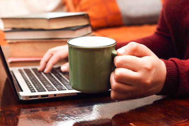 Geschäftsfrau mit einem Laptop für neues Architekturprojekt und trinken einen Kaffee – Foto