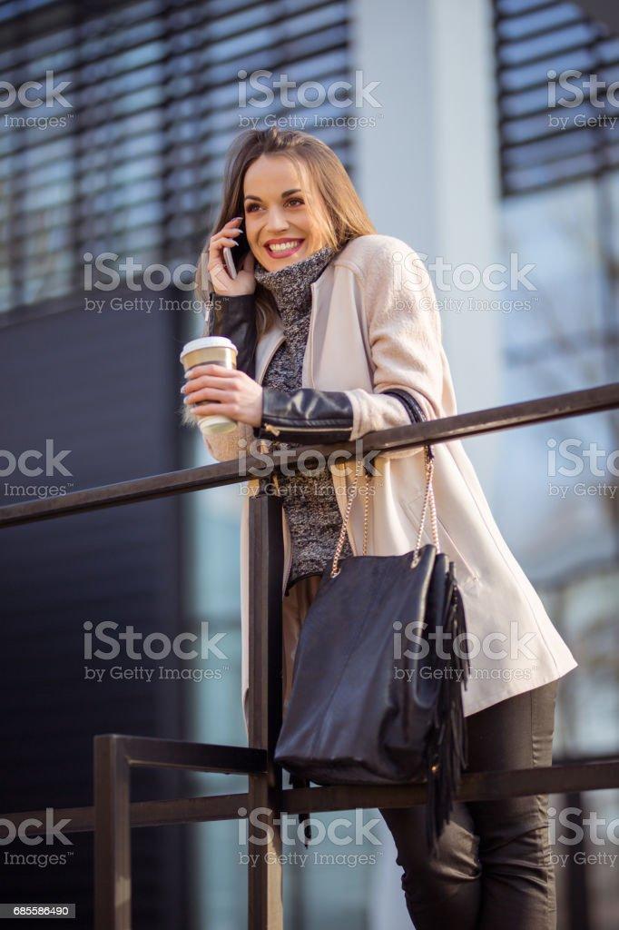 使用手機的女商人。 免版稅 stock photo