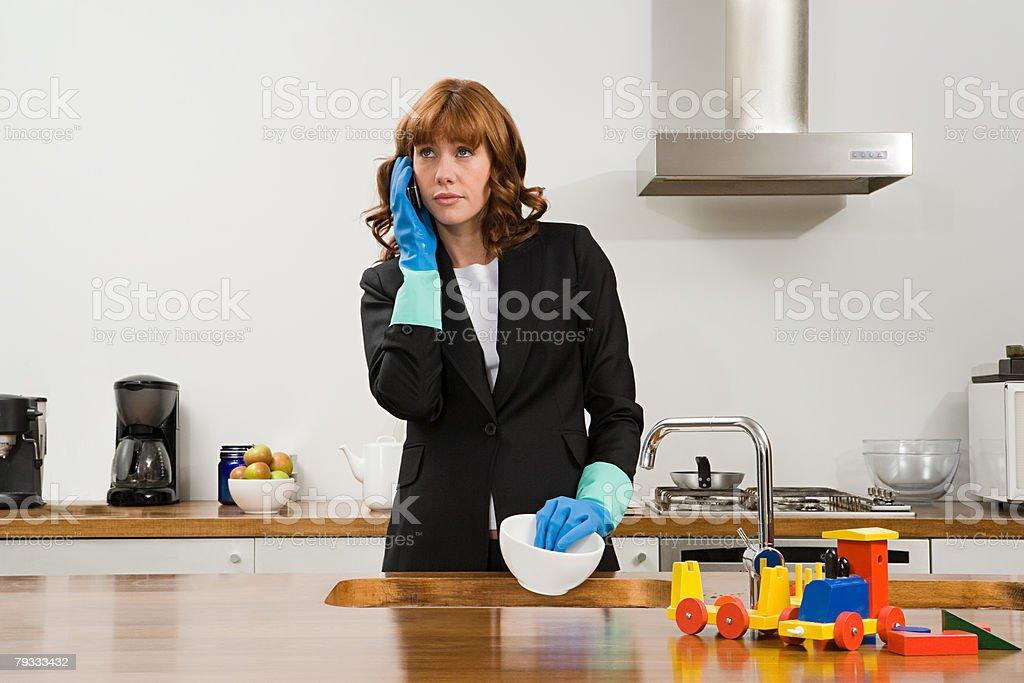 Eine Geschäftsfrau mit Handy Lizenzfreies stock-foto