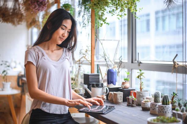 Geschäftsfrau mit digitalem Tablet im Laden – Foto
