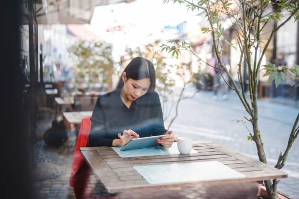 Geschäftsfrau mit digital-Tablette in der bar – Foto