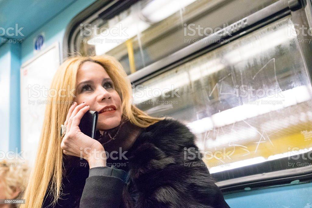 Donna d'affari utilizzando il suo Smartphone sul Treno della metropolitana - foto stock