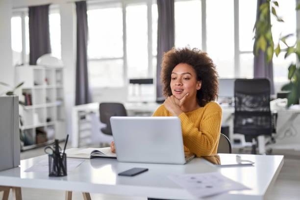 Geschäftsfrau mit Laptop im Büro. – Foto