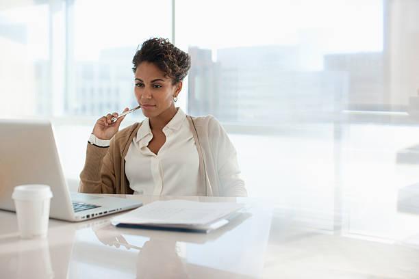 mujer de negocios utilizando el ordenador portátil en oficina - ejecutivo fotografías e imágenes de stock
