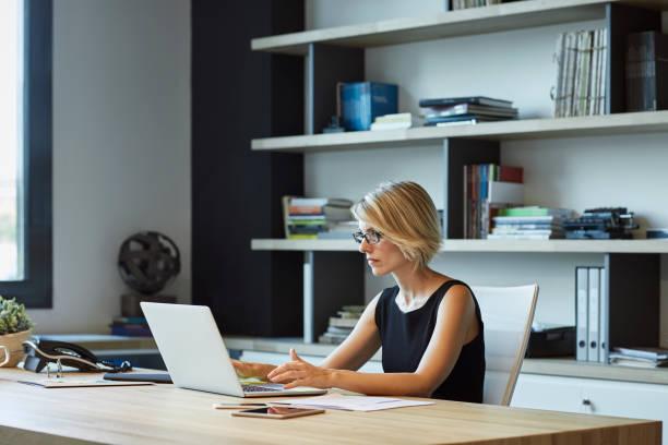섬유 공장에서 노트북을 사용 하 여 실업 - 시리즈 일부 뉴스 사진 이미지
