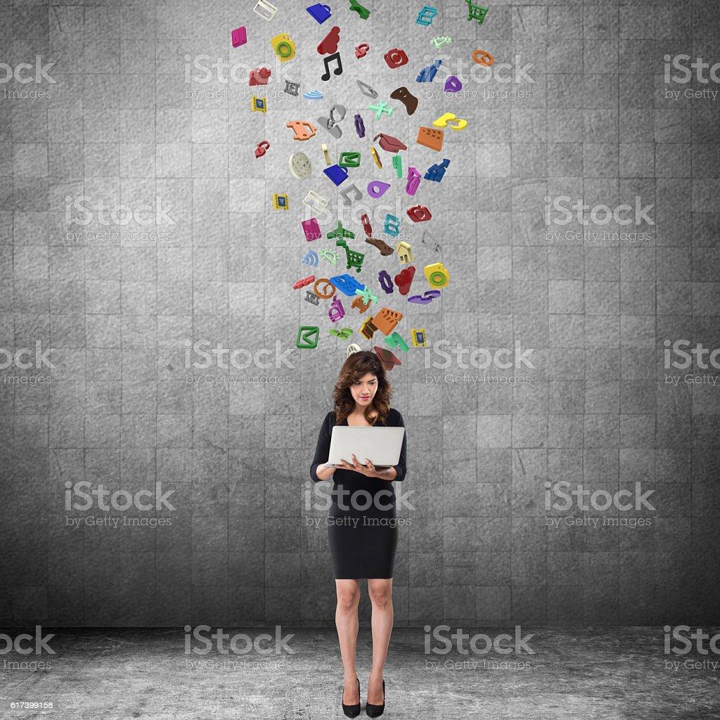 Mulher de negócios usando o laptop  - foto de acervo