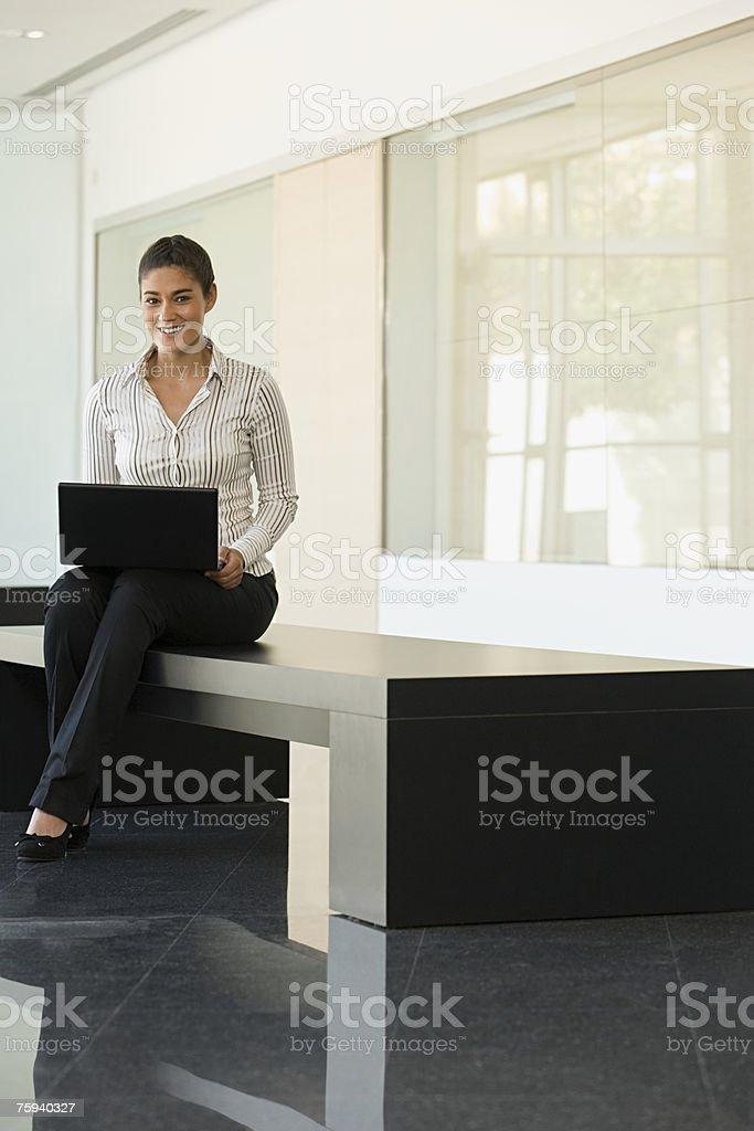 Biznesmenka z notebooka zbiór zdjęć royalty-free