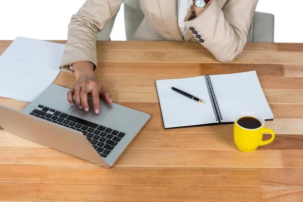 geschäftsfrau mit laptop mit tagebuch und schwarzen kaffee am tisch - schwarzer kaffee net stock-fotos und bilder