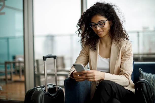 geschäftsfrau mit handy im café auf der dachterrasse - hotels in der türkei stock-fotos und bilder