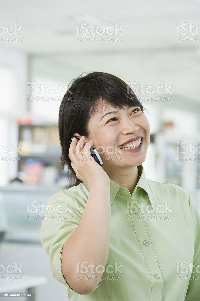 Businesswoman using mobile phone, smiling royalty-free 스톡 사진