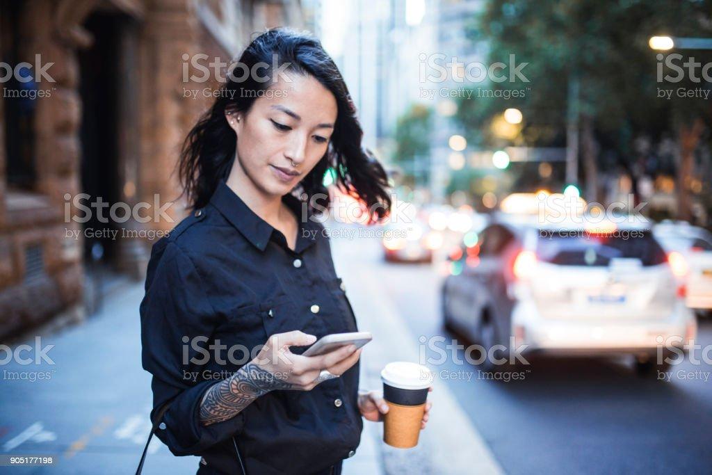 Geschäftsfrau mit Smartphone und warten auf ein taxi – Foto