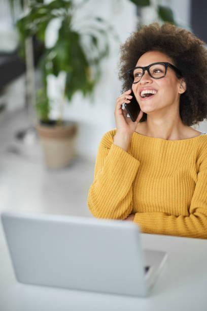 Geschäftsfrau benutzt Smartphone während des Sitzes im Büro. – Foto