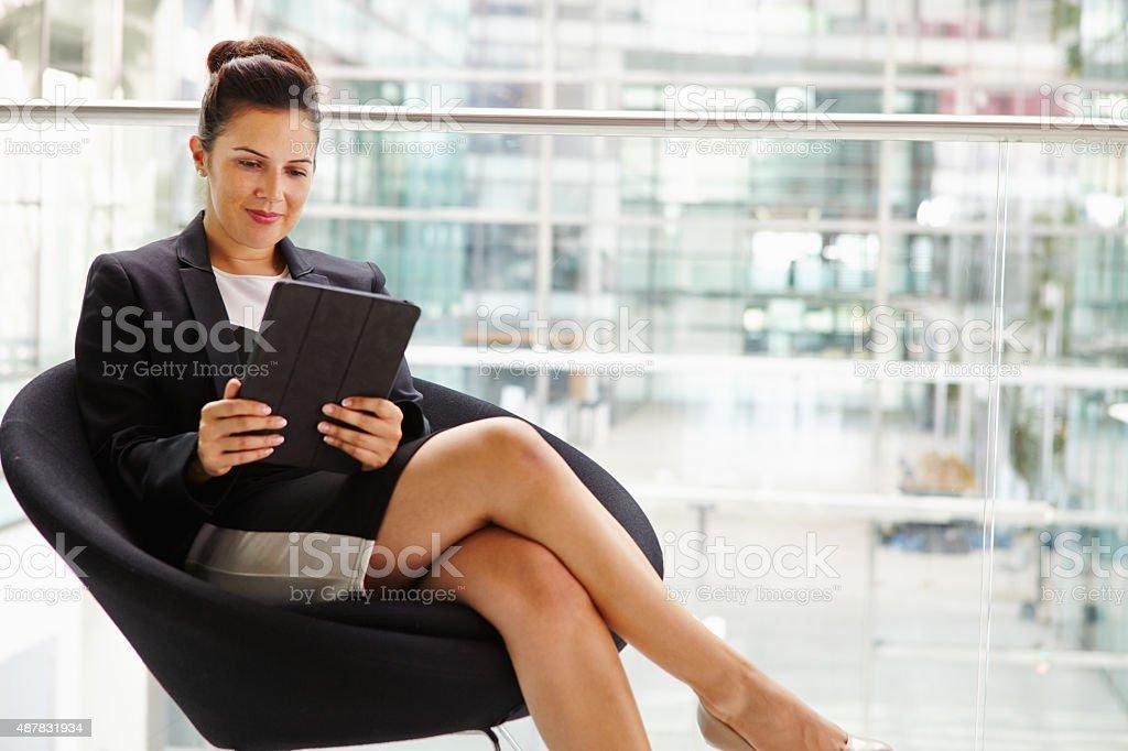 femme daffaires laide dune tablette troisquarts photos et plus d 39 images de 2015 istock. Black Bedroom Furniture Sets. Home Design Ideas