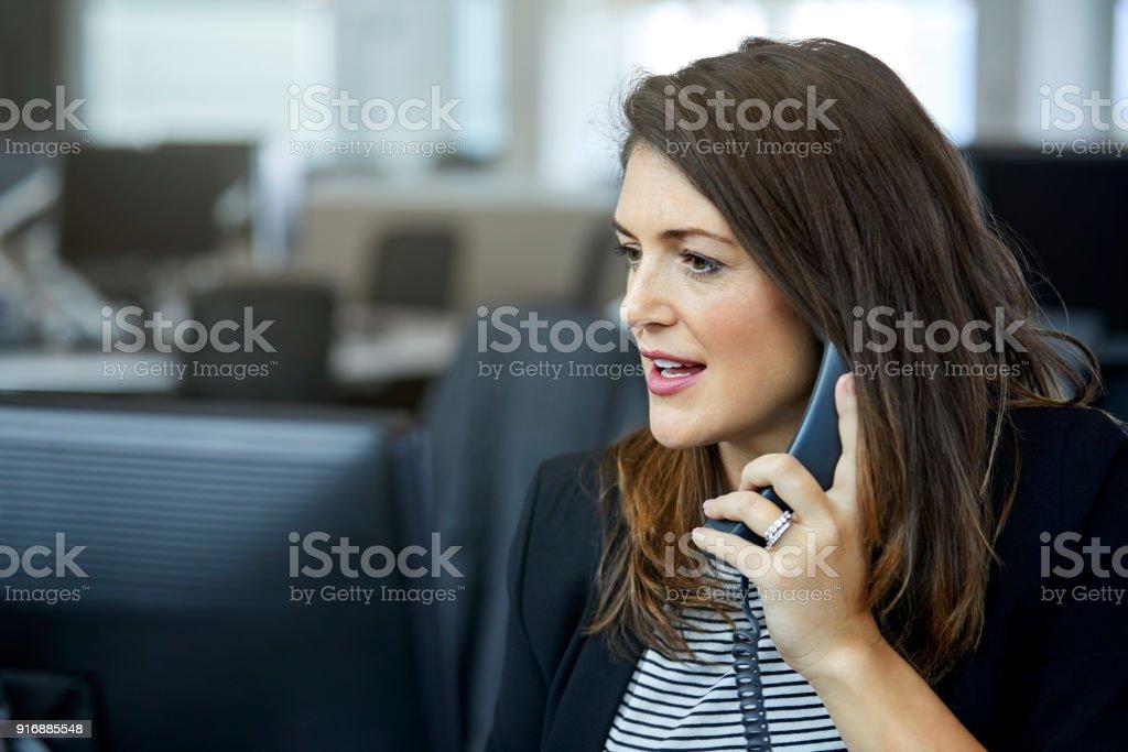 Geschäftsfrau auf Telefon am Schreibtisch – Foto