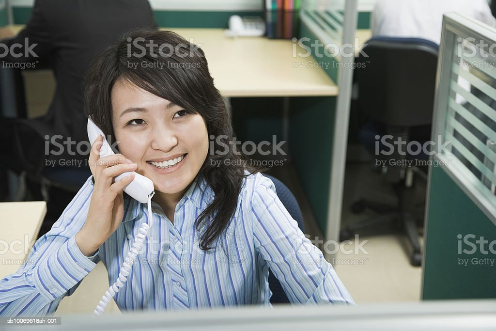 Businesswoman using telephone, smiling foto de stock royalty-free