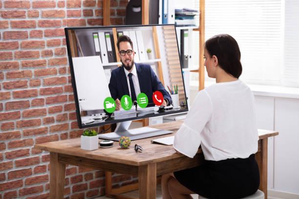 femme d'affaires vidéoconférence avec l'homme d'affaires - visioconférence photos et images de collection