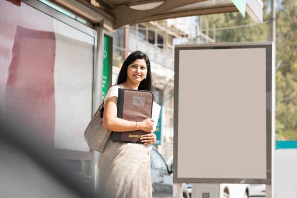 Femme d'affaires attendant le transport - Photo