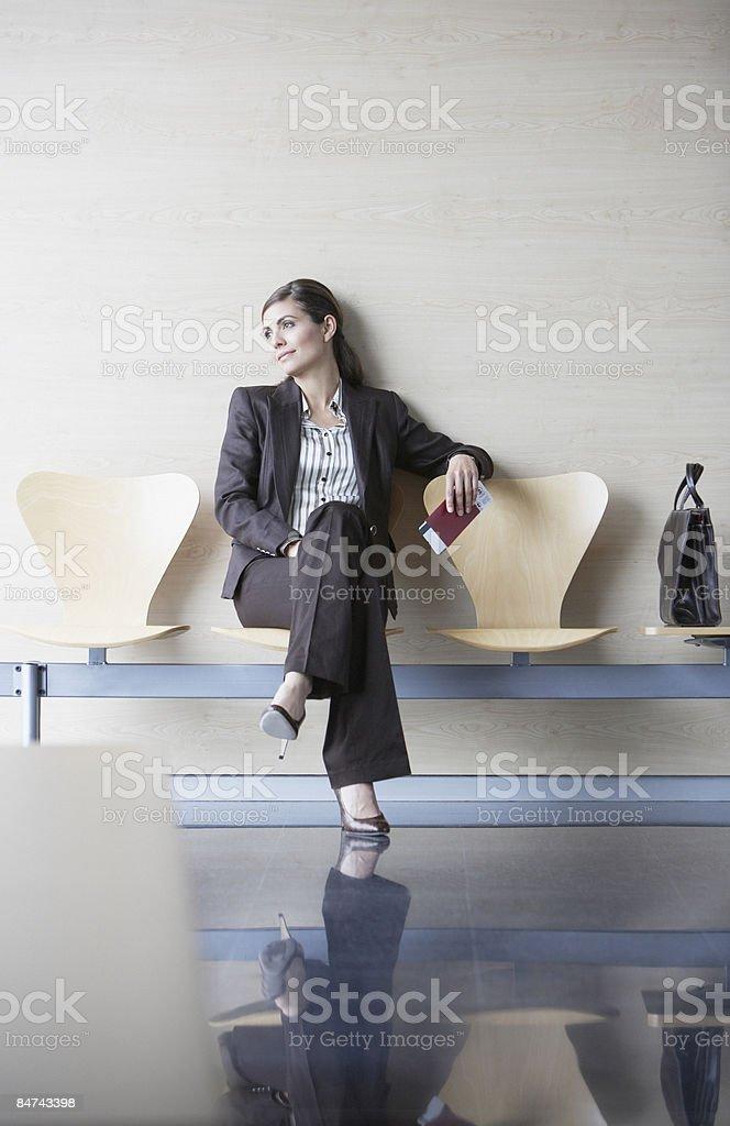 Femme d'affaires en attente à l'aéroport photo libre de droits