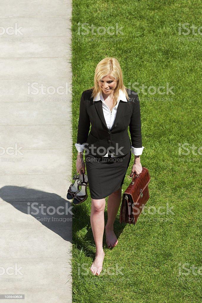 Деловая женщина ходить босиком стоковое фото