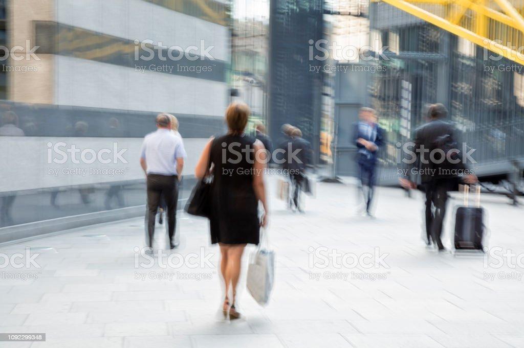 Geschäftsfrau, die zu Fuß in modernen Bankenviertel – Foto