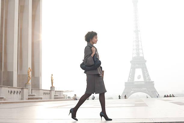 geschäftsfrau zu fuß in plaza von eiffelturm - ikonische frauen stock-fotos und bilder