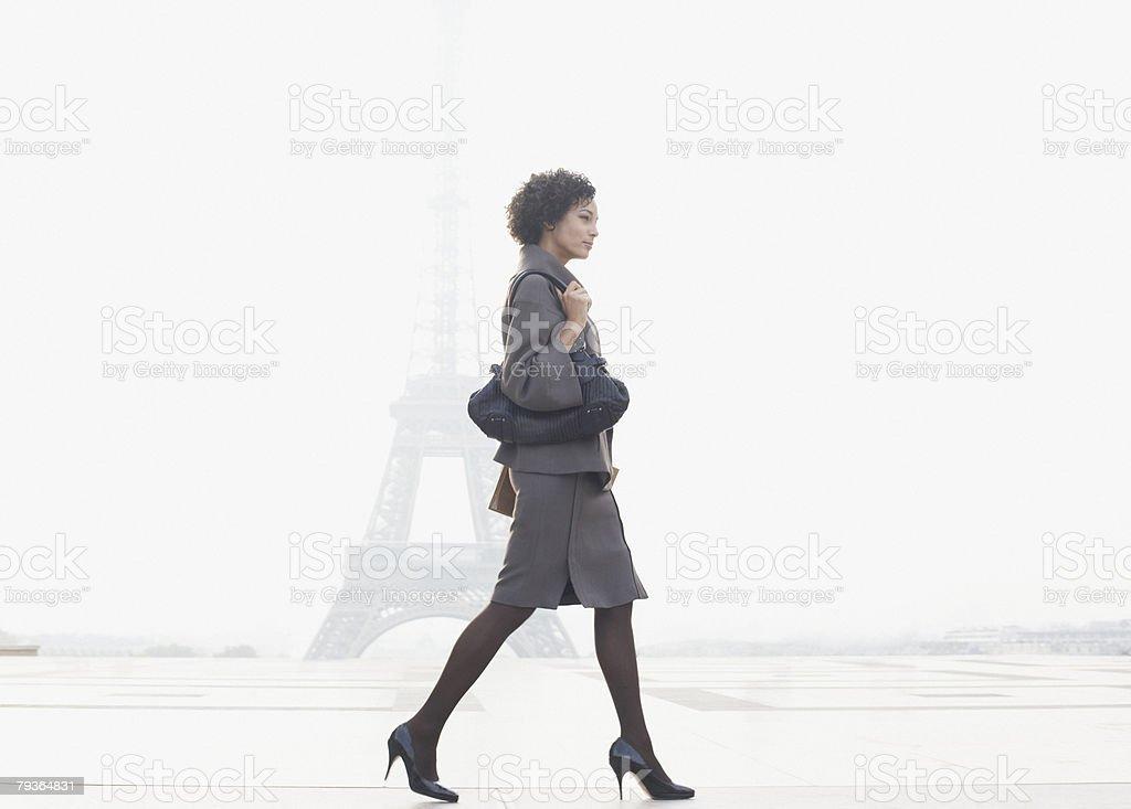 Mulher de Negócios Andar na Praça da Torre Eiffel foto de stock royalty-free