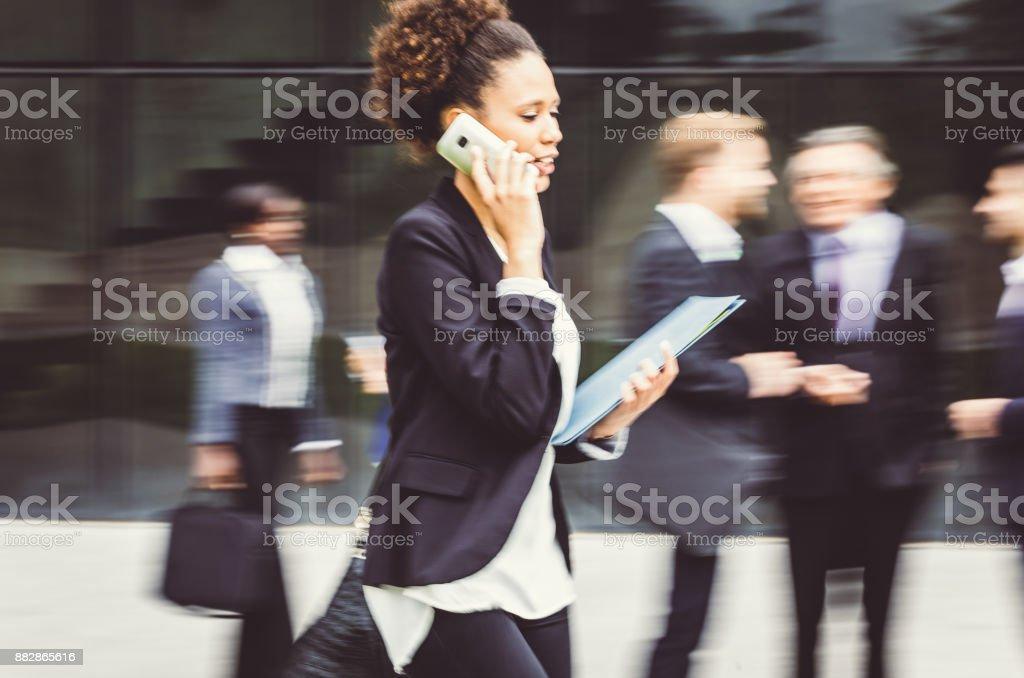 Geschäftsfrau gehen, telefonieren – Foto