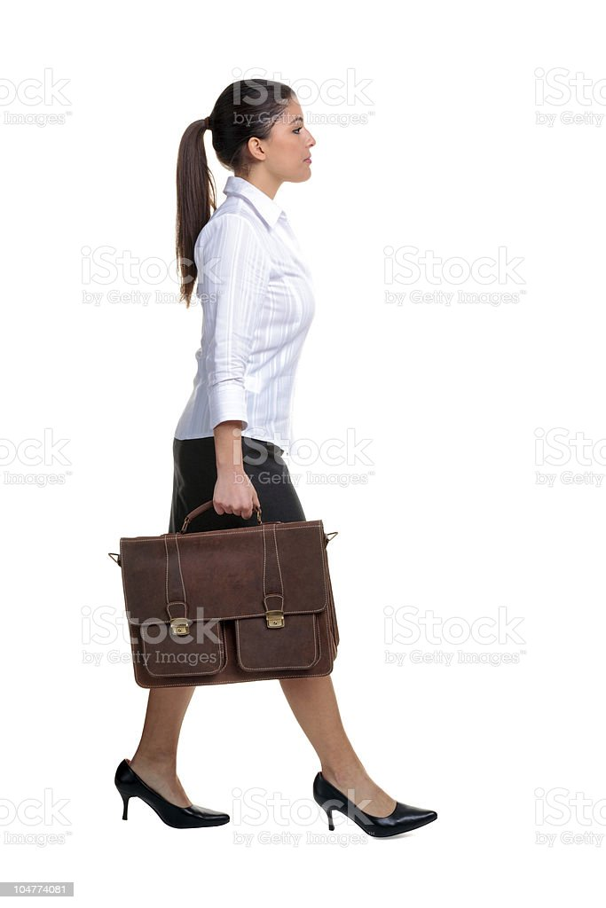 Mulher de negócios andando com uma maleta - foto de acervo