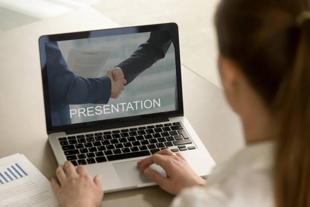 Femme d'affaires regarder la présentation de l'entreprise, en regardant pour ordinateur portable - Photo