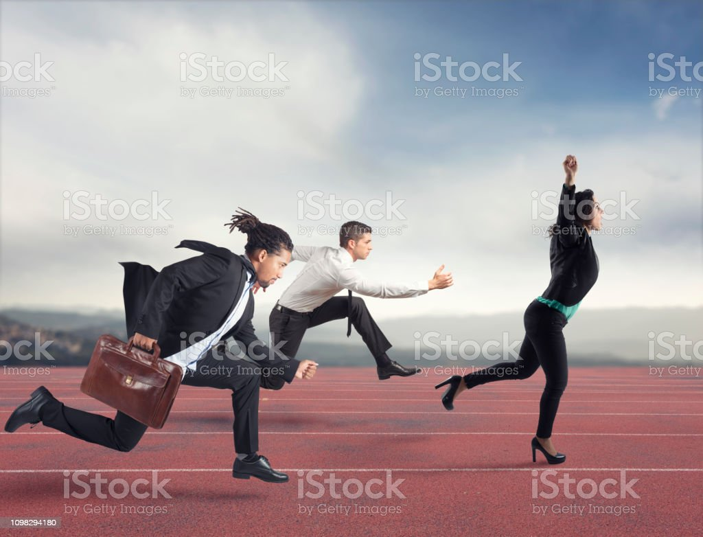 Businesswoman wins a run contest against the competitors. Concept of success foto stock royalty-free