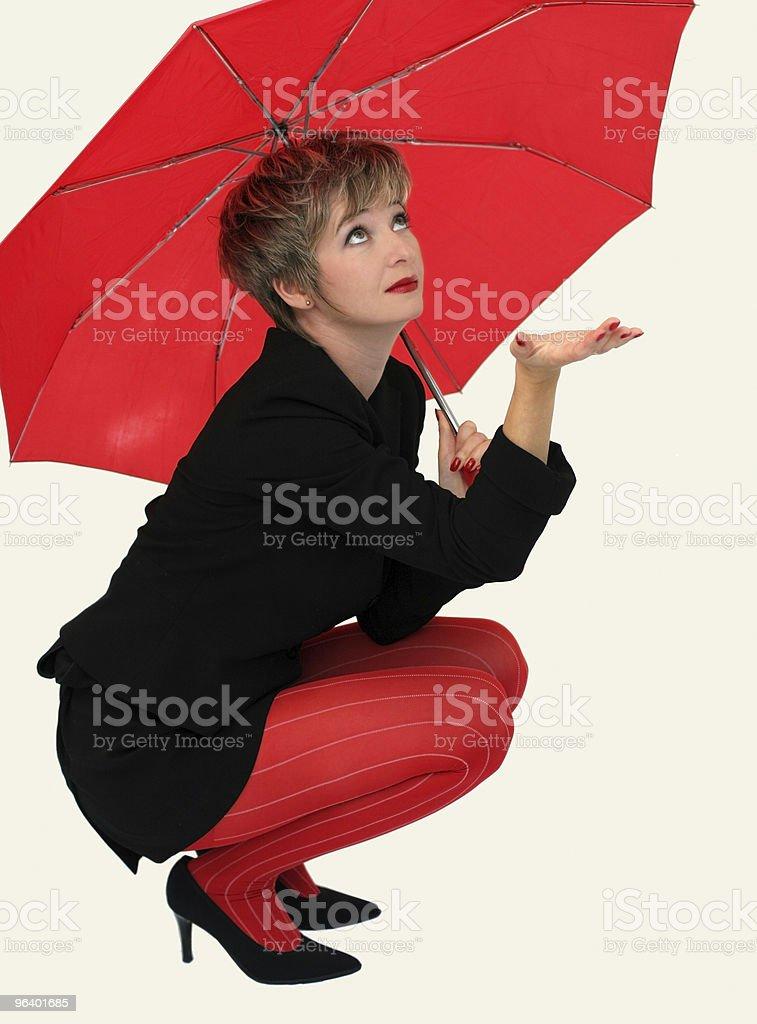 ビジネスウーマンに、赤色傘 - 1人のロイヤリティフリーストックフォト