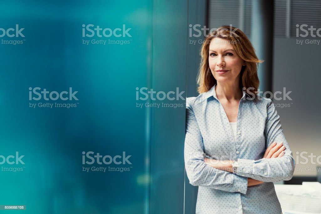 Businesswoman with arms crossed at office - foto stock