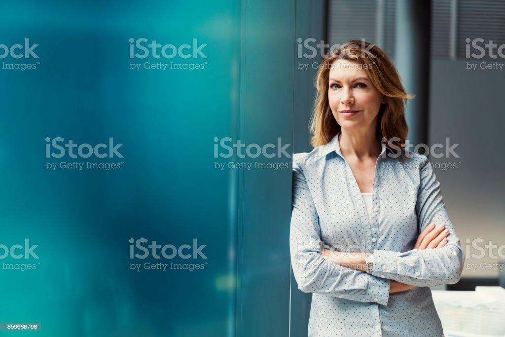 Geschäftsfrau mit verschränkten im Büro – Foto