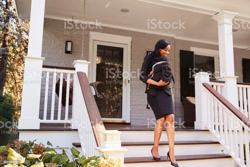 Femme d'affaires avec bébé fils de quitter la maison pour le travail - Photo
