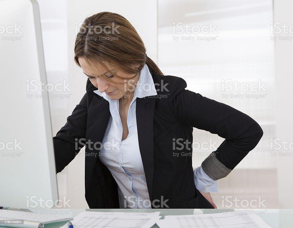 Empresaria con dolor de espalda - Foto de stock de Cadera libre de derechos
