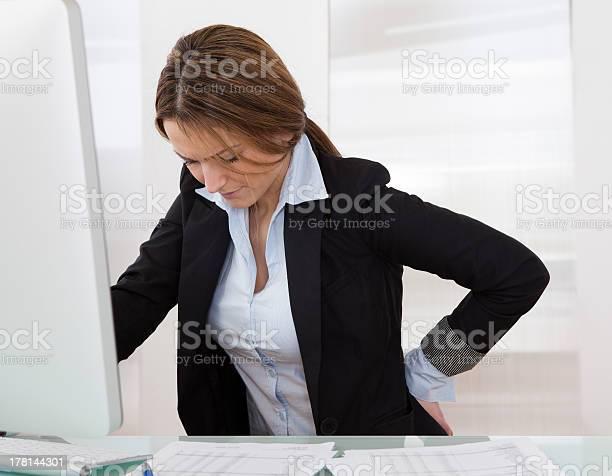Empresaria Con Dolor De Espalda Foto de stock y más banco de imágenes de Cadera
